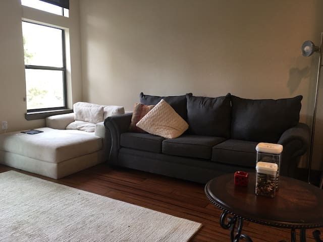 Comfortable, Cozy Uptown Living