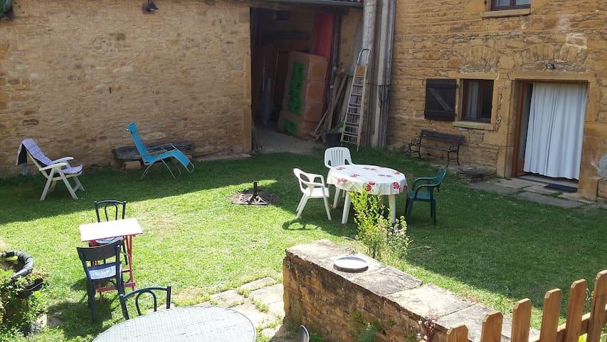 De la Pierre dorée et du beaujolais bio.. - Saint-Germain-Nuelles - House