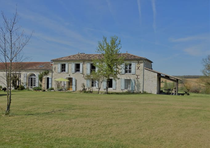 Beautiful farmhouse with  private pool near Duras!
