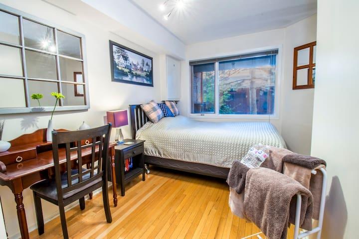 1 - Queen Bed, Clean, Quiet, Sunny in Little Italy