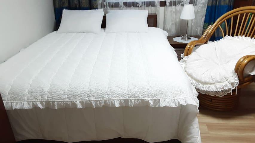 침실 1 편안히 취침 할수있는 침대방 입니다.