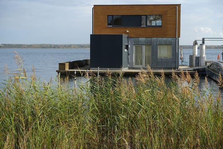 Schwimmendes Ferienhaus Möwe 1