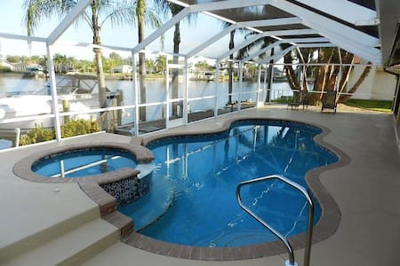 Intersecting Canal Pool & Spa Home - Cape Coral - Maison