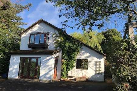 Garden Cottage: Peaceful, modern, family friendly