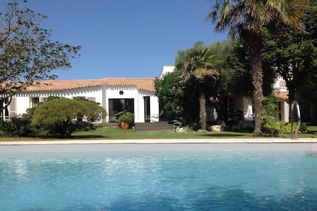SUPERB HOUSE. LARGE GARDEN. HEATED 27-degrees POOL