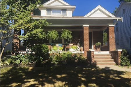 Entire Home, Close to Downtown CLE! - Lakewood - Casa
