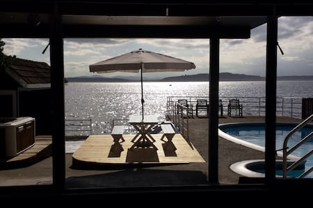 Waterfront Sunset Hideaway with Pool - Seattle