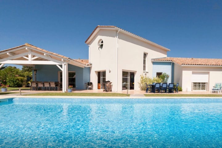 Villa de standing avec piscine chauffée, accès PMR