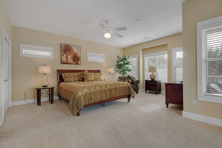 Master bedroom features king bed, gulf view, access to balcony and en-suite bath.