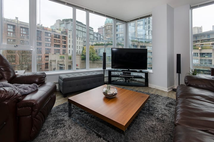 Modern Apartment in DT with parking