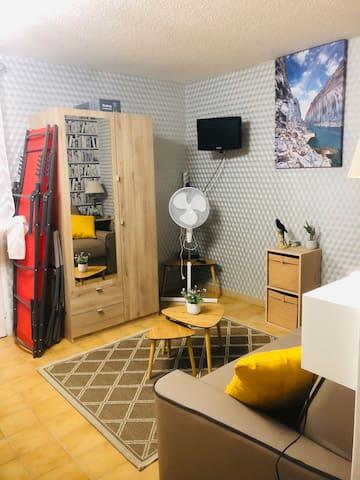 Téléviseur et box pour internet, armoire penderie et étagères. transats pour terrasse.