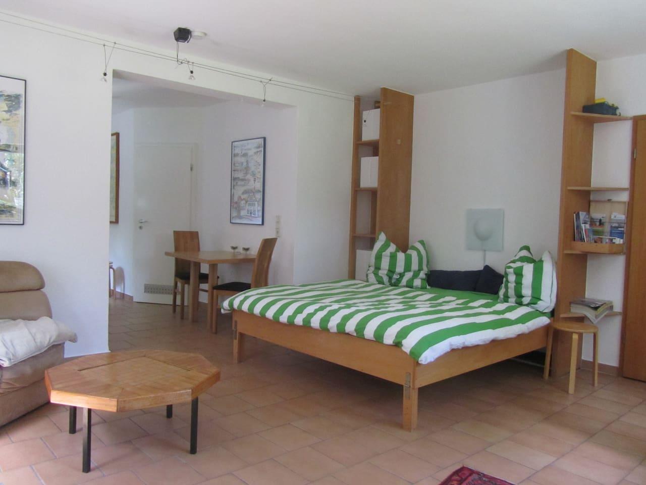 Doppelbett mit Blick auf die Ess- und Sofaecke