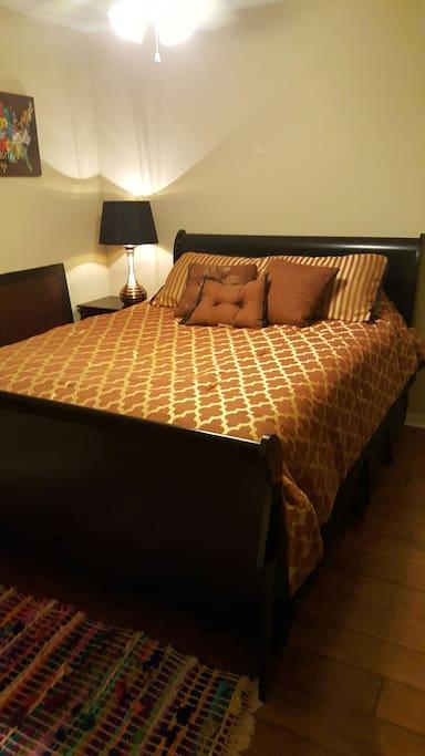 Queen size bed, hardwood floors