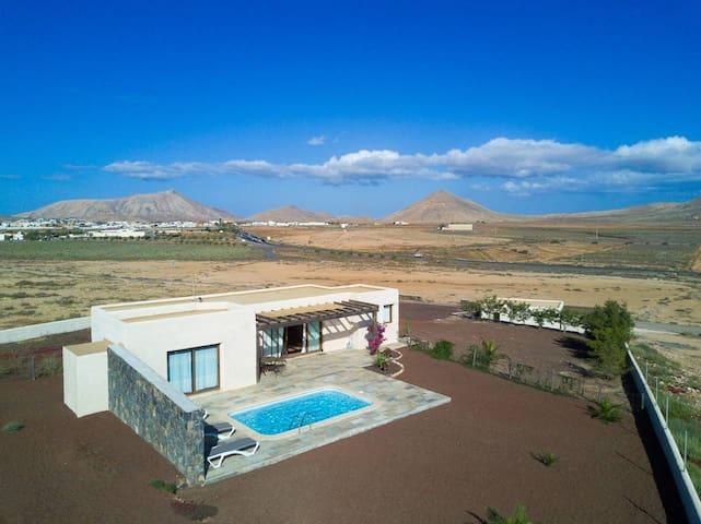Villa Upupa - awesome villa in La Oliva with huge garden and private pool