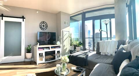 1 BR Corner Luxury Condo in Chicago with VIEWS!