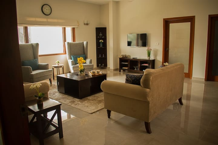 Guests can use our warm and cozy lounge with careful attention to detail and enjoy a movie on Netflix on the Smart LED TV in the lounge