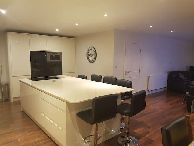 5 bedrooms, sleeps 9. Beverley EY - Weel - Hus