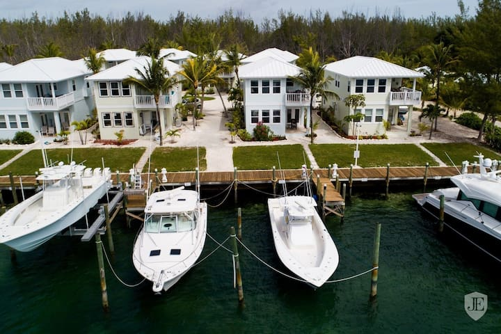 Beautiful Luxury Marina-Front Property with Pool