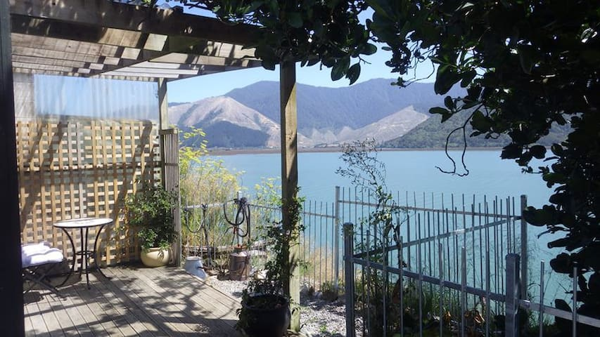 Pioneer Cottage - Arresting Views - Havelock