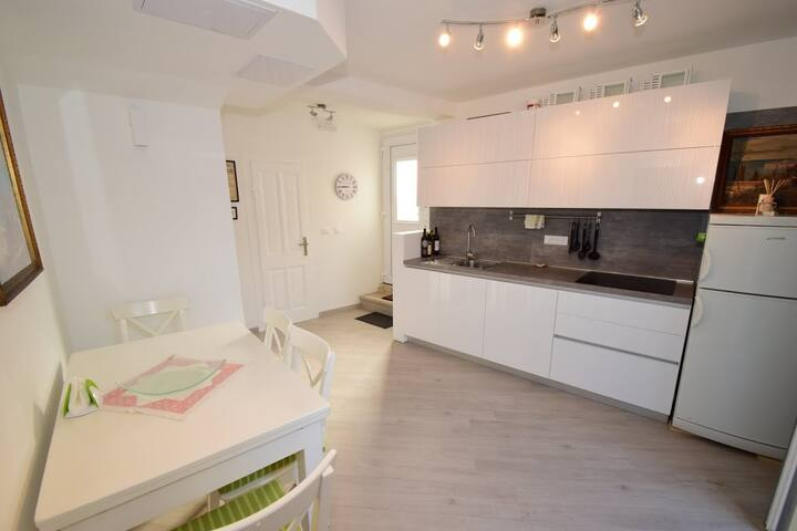 Apartment Sea Corner - Two Bedroom Apartment with Partial Sea View Near Old Town (Šulić)