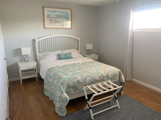 Large Bedroom w/ Queen Size Bed