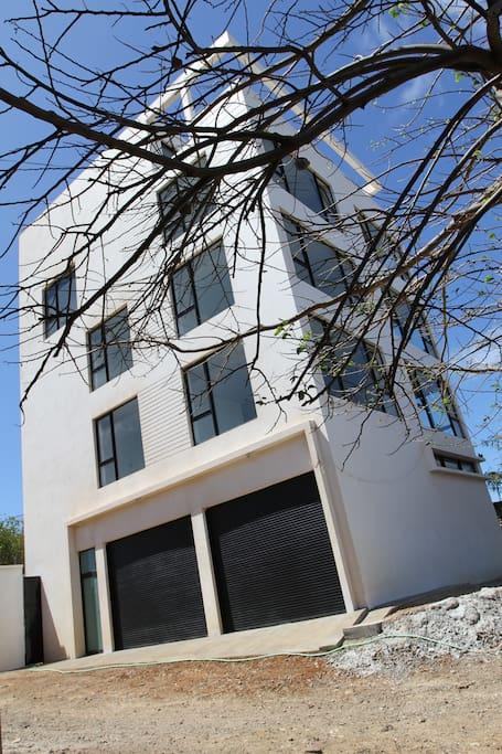 un bâtiment moderne, sécurisé, calme