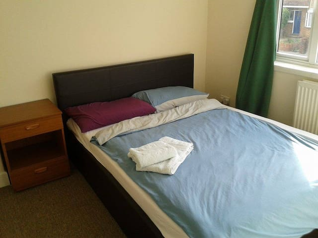 Lovely private room in quiet area, close to shops! - Hayes - Talo