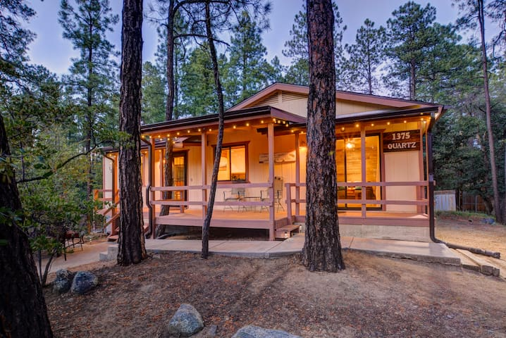 Cabin in the Pines! 6 miles to downtown Prescott.