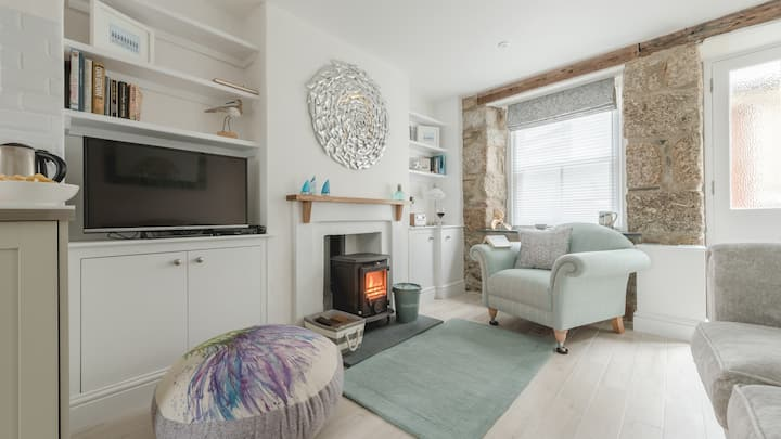 Painter's Cottage in the heart of St Ives, very close to sea front at harbour, great base to explore from! Free WiFi