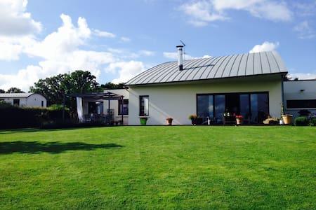 Maison de campagne contemporaine - Erbray - House