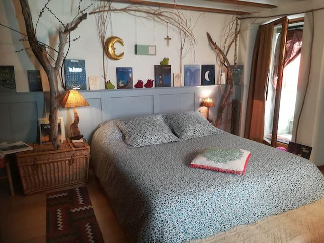 La chambre de la fôret imprimée: un lit/des livres
