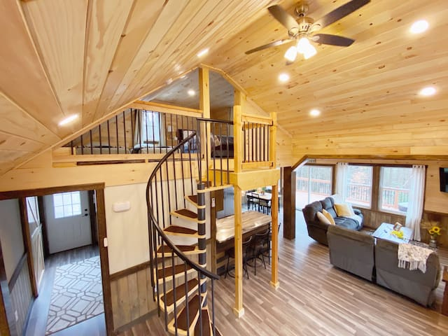 Newly Renovated COZY CABIN with HOT TUB!