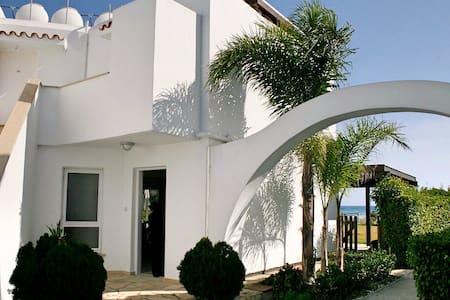 Вилла.Ларнака.5 шагов до моря.4 спальни - Larnaca