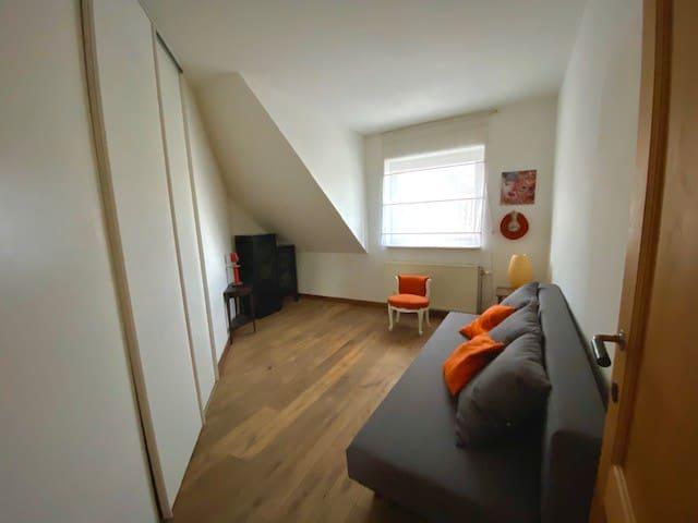 chambre 2 avec placard et canapé lit 2 personnes