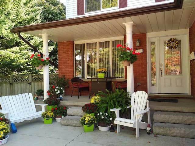 Friendly hosts share their quiet, immaculate home. - Waterloo