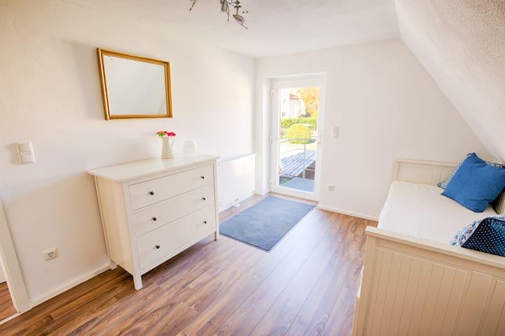 Eingangsbereich und Schlafzimmer mit Ausziehbett