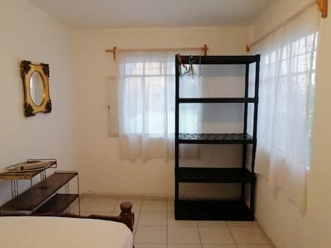 Habitación con cama individual c/u.