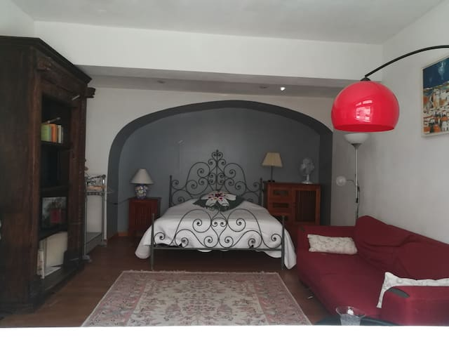 Lit en 160, matelas extra.   The bed is queen size, with a top quality mattress.