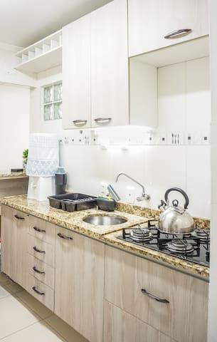 Cozinha com móveis planejados, completinha. Faz desde aquela lasanha congelada, até pratos super elaborados por hóspedes chefs de cozinha :-)