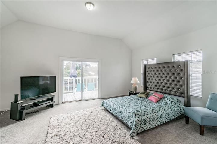 Huge Master suite minutes from downtown Tampa!