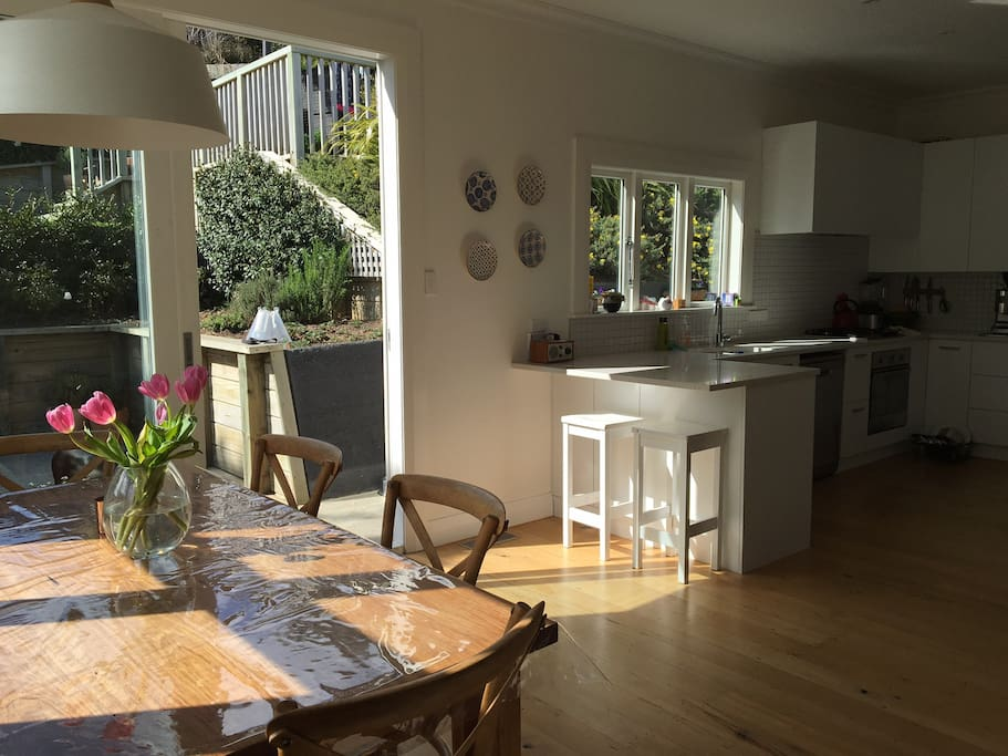 Lovely sunny dining & kitchen.
