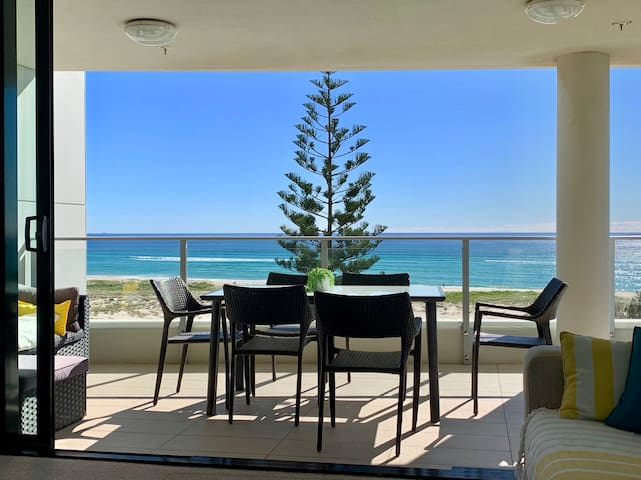 Absolute Beachfront Pure Kirra Luxury Apartment