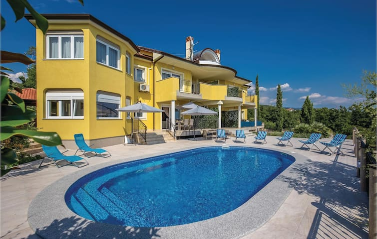 Semi-Detached with 5 bedrooms on 305m² in Kostrena