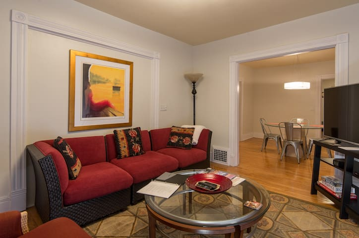 2nd Floor Sunny Uptown Duplex 3BR 5 Star Reviews