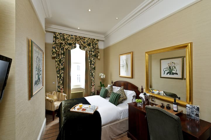 Classic Double Room, The Colonnade Hotel