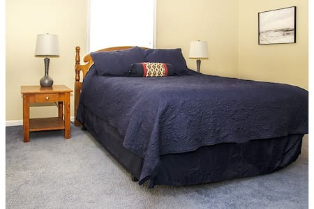 Comfortable apartment on Main Street USA. - Marceline - Wohnung