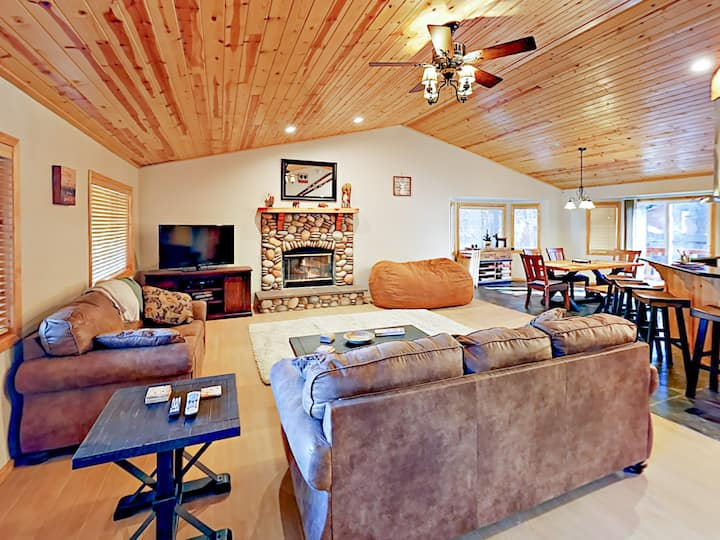 Renovated Cabin with Hot Tub & Deck - Near Slopes