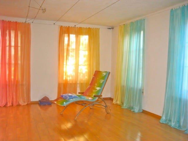Regenbogenhaus - Gästezimmer in Regenbogenfarben - Walliswil bei Wangen - Bed & Breakfast