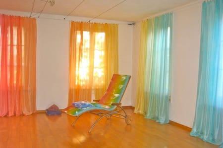 Regenbogenhaus - Gästezimmer in Regenbogenfarben - Walliswil bei Wangen