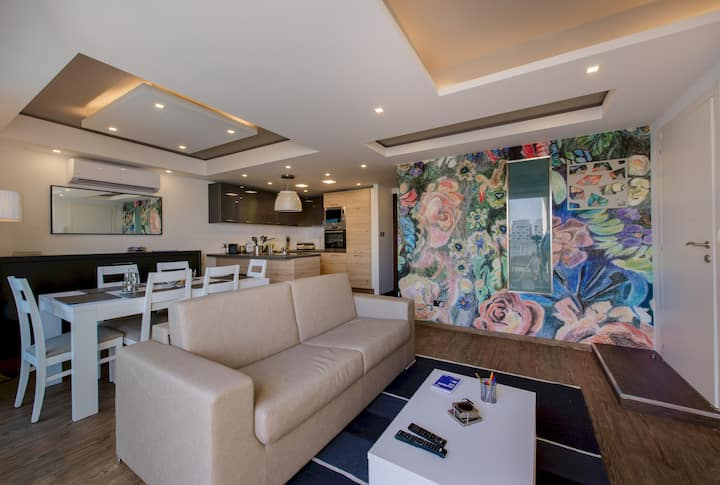Stylish Seaview Apartment In a Prime Location